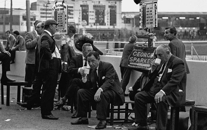Фотографии первых букмекеров в Англии